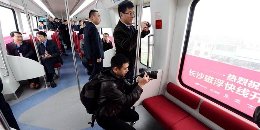 长沙磁浮快线试运行 首批乘客体验磁浮之旅