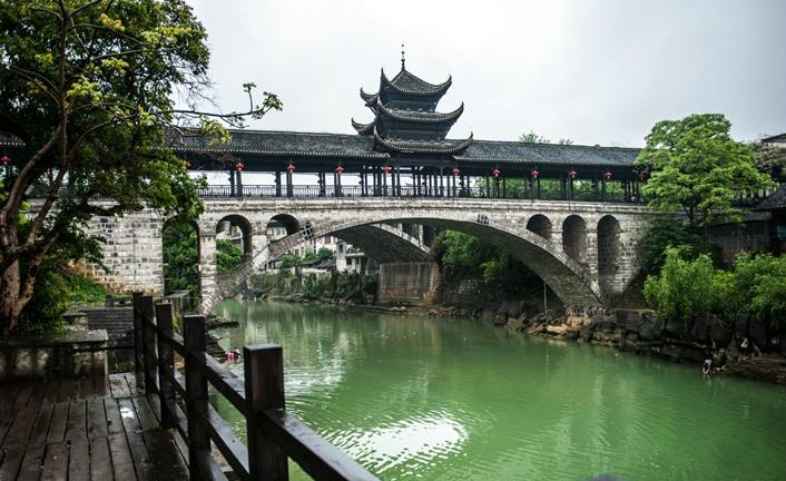 从前吉首叫乾州,乾州的城,凤凰的兵,古城就在吉