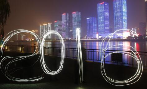 """市民用手机光影造""""2016"""" 迎接新年到来"""