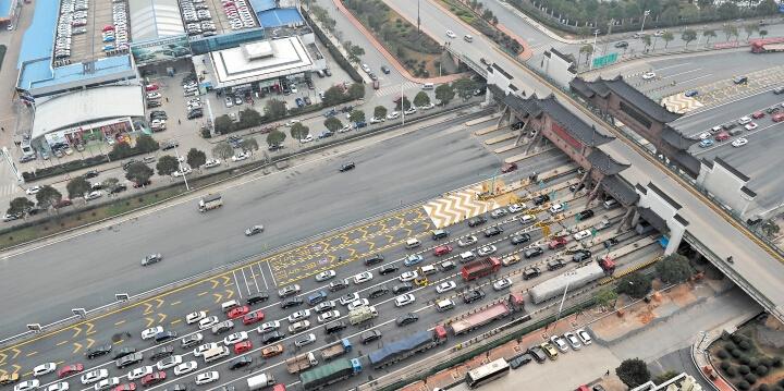 小长假返程 高速上畅通收费站前有点堵
