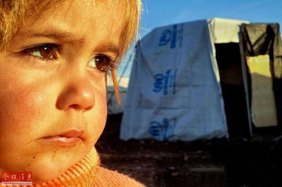 【一半难民是儿童】据联合国难民署表示,因冲突而逃离叙利亚的难民超过420万人,其中一半是儿童。生活在难民营的儿童无法跟普通孩子一样享受到童年的快乐,不得不用其他方式表达自己的感受。流亡之声是一个由摄影师Reza和联合国难民署共同发起的5年项目,旨在通过为难民营的孩子们培训摄影技术来改变这一现状。Maya Rostam是一个来自难民营的的儿童,11岁就加入了流亡之声项目,我想学习摄影,因为我相信通过影像全世界能看到我们的感受和经历,她说道。