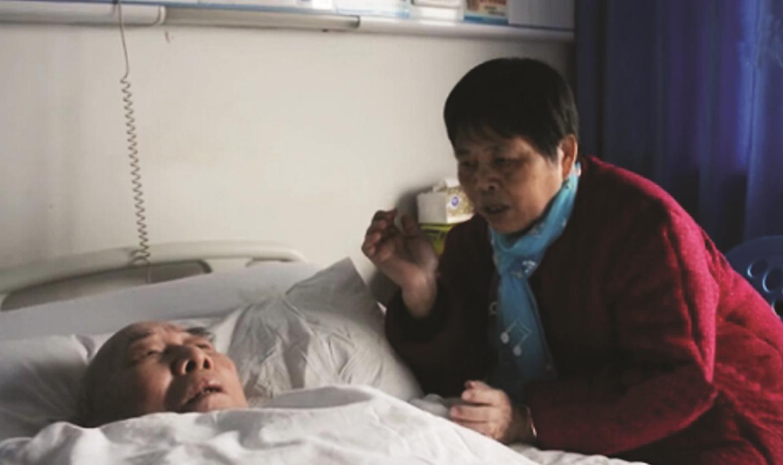 邓娭毑在病床前唱歌给老伴听 视频截图 株洲晚报1月13日讯(记者 周蒿 通讯员 黄陂大侠)什么样的爱情最让人感动?不是一时的轰轰烈烈,而是相扶到老不离不弃。去年10月29日,86岁钟培许突发脑梗昏迷,68岁的妻子邓雪辉不离不弃,在病床前连续唱歌44天,终于成功将昏迷的老伴唤醒。 这个感人的故事近日被腾讯拍客拍成视频放到了网上,视频从1月9日上线,仅在优酷网上就被点击了19.