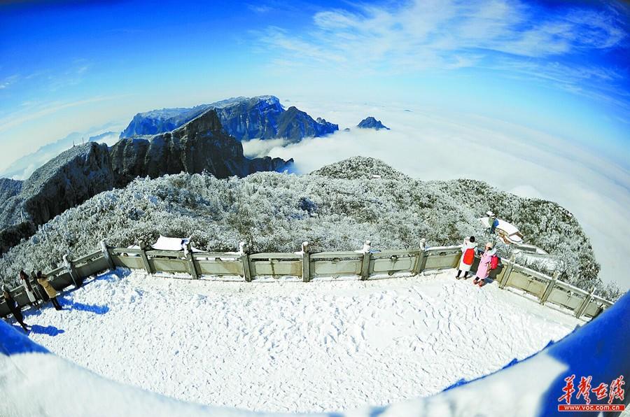 1月15日,游客在张家界市天门山风景区观赏雪后初晴的美景.