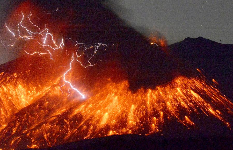 2月5日,在日本鹿儿岛县,樱岛火山喷发时引发火山闪电,蔚为壮观.