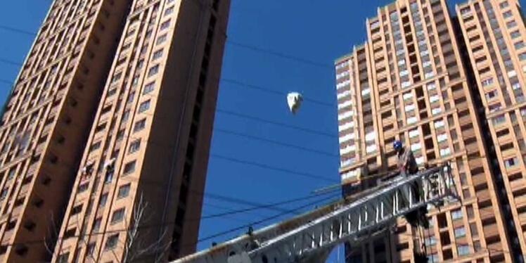 南京市民28层晒被子 大风将被子刮落到高压线上