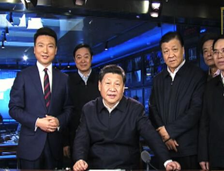 习近平来央视调研,体验《新闻联播》演播室