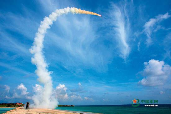 原文配图:红旗9导弹在南海滩涂上发射。