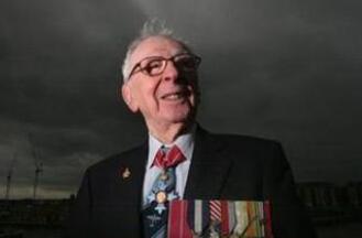 97岁传奇飞行员离世:历经11次坠机事故都没死