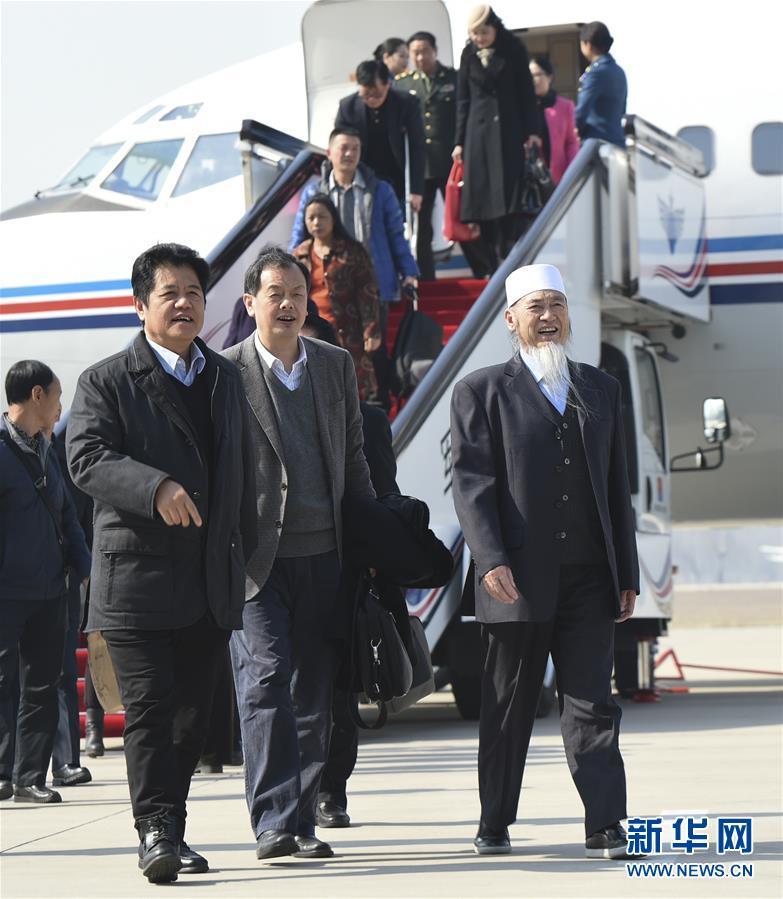 (两会)(1)来自云南的全国政协委员抵京