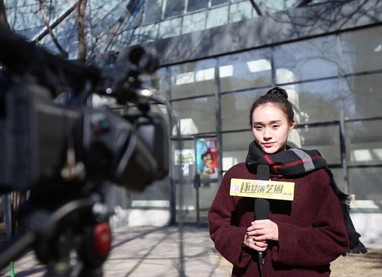 艺考生康羽萌在学校中接受采访