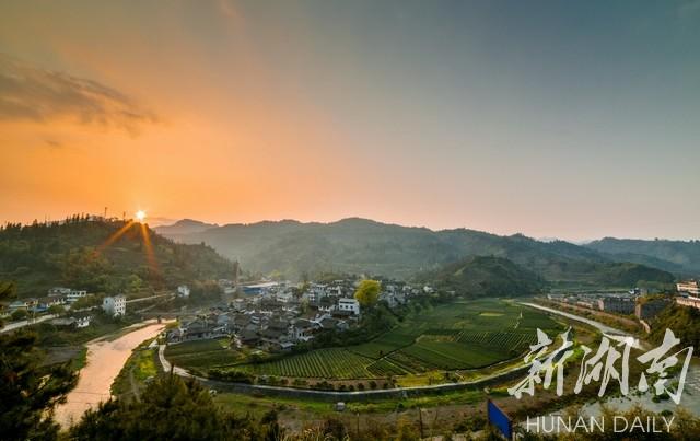 3月25日,古丈县古阳镇树栖柯村沐浴在夕阳中.