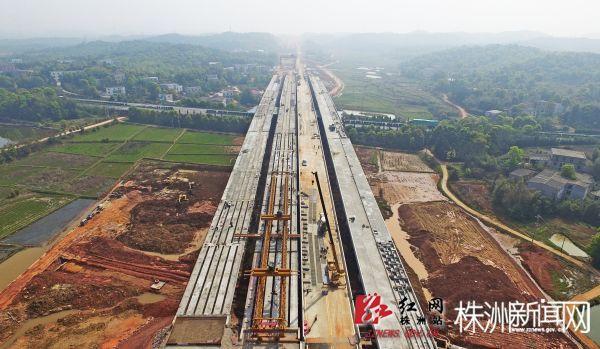 株洲境内的京港澳跨线桥主体工程全部完工