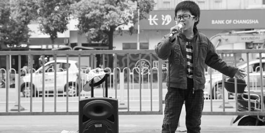 """10岁""""小汪峰""""长沙街头卖唱养家引汪峰关注"""