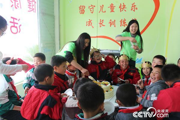 """碧江川硐""""留守儿童之家"""",田丽蓉和三名留守小朋友一起,在志愿者老师和其他留守儿童的祝福中,度过了她8岁的生日。"""