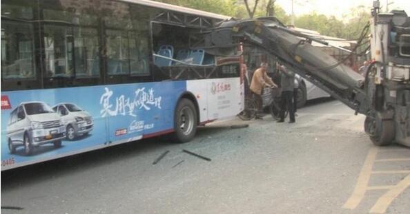 3米长机械臂插入公交车 多人受伤
