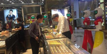 广州土豪买金 8个机器人贴身服务引围观