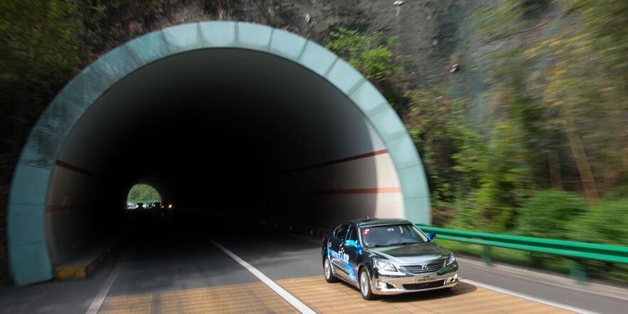"""无人驾驶汽车飞驰两千余公里 感受背后""""黑科技"""""""