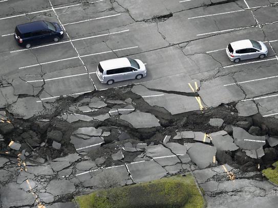 日本九州7.3级地震已致11人遇难 山崩地裂(图)