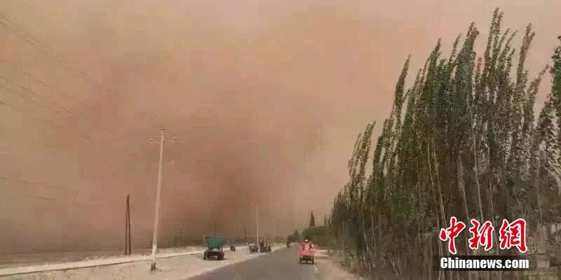 新疆南部遭遇沙尘暴 市民拍下黄沙蔽日瞬间