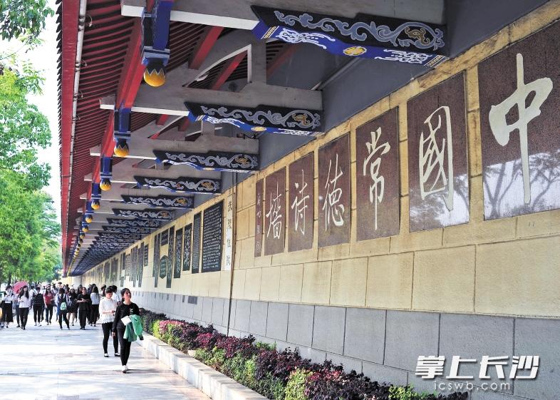 ▲常德诗墙连绵四公里,选刻自先秦以来有关的诗词1530首,由书法名家题写,吸引了众多游客驻足参观。