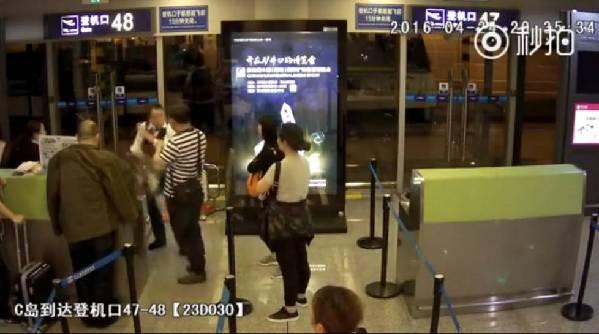 2016年4月26日报道,北京首都航空有限公司JD5766班次24日晚飞抵湖南长沙黄花国际机场,因为天气原因延误,当晚8时半左右,多名旅客要求见航空公司代表不果后,迁怒于地勤人员,其中一名女子将饭盒泼洒在女地勤身上羞辱。