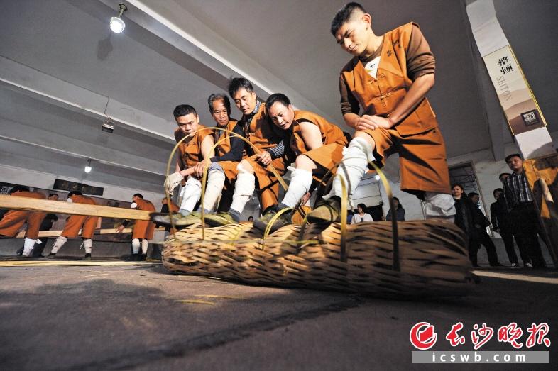 白沙溪茶厂里,茶农们依然用着传统的手艺制作黑茶。