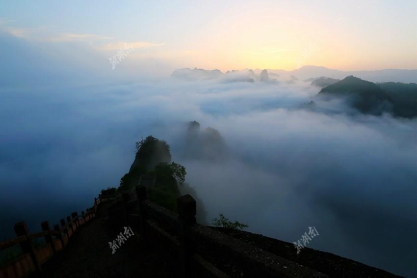"""美爆了!湖南崀山风景区惊现""""佛光"""""""