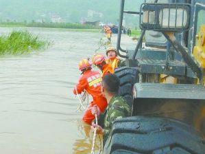 邵阳县一村裸严重洪涝 客车11名司乘人员被困