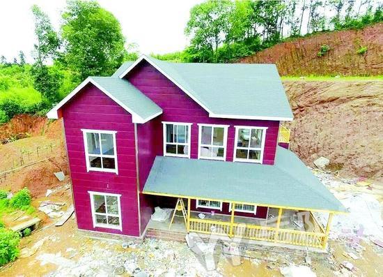 不用一块砖头,能建造房子么?答案是肯定的。 在工厂车间里铸造出一条条成型钢材,并标上序列号,在施工现场只需要将这些钢材料按照顺序拼接、组合,整个建筑建造不需要一块砖头,就像是在搭积木。目前,一种只需像搭积木般拼装的新型建房方式在经开区农村出现。 追求田园生活 两个月建好一栋别墅 5月20日,在经开区西塘镇群贤村的山沟里,一栋欧式风格的三层别墅格外引人注目,黄褐的仿木质外墙,拱起的深红色屋顶,实木做的格子窗棂,色彩简洁、明快,造型新颖、别致,还以为到了某个旅游度假村。 走进别墅,里面别有洞天:一楼是车库