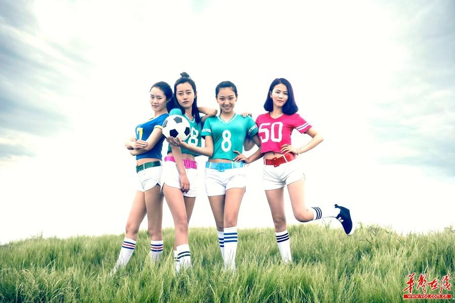 女大学生大熊山上拍足球主题毕业照 惊叹自己