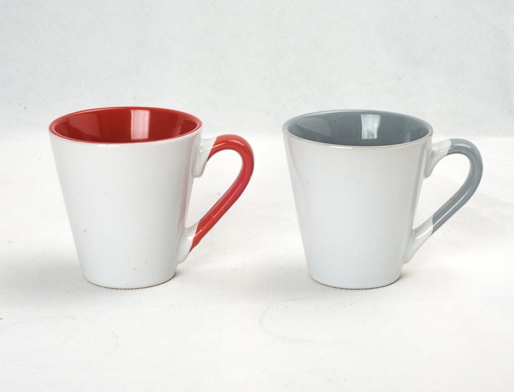 陶瓷杯分为两种。 第一种:无彩釉涂染的、内壁无色: 健康指数: 无彩釉涂染的陶瓷杯,尤其是内壁要无色,也是喝水的首选。不仅材质安全,能耐高温,还有相对较好的保温效果,喝热水或喝茶都是不错的选择。 第二种:五颜六色的: 健康指数: 你的水杯上有漂亮的颜色、可爱的图案吗?