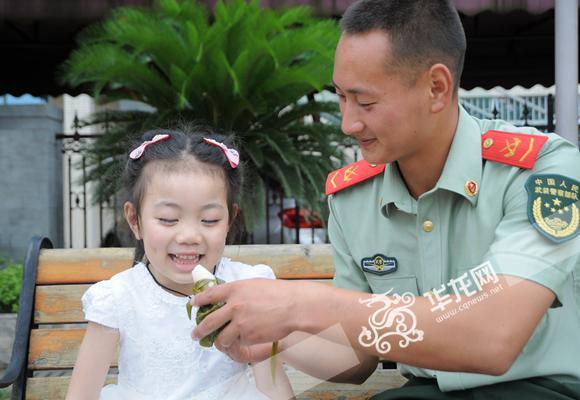 端午节来了 重庆一群热心居民为武警送粽子共度佳节