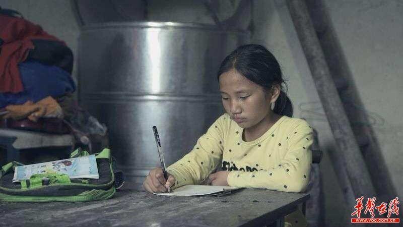 级一班学生李真在家写作业.-挂职手记 二 山的那边是海