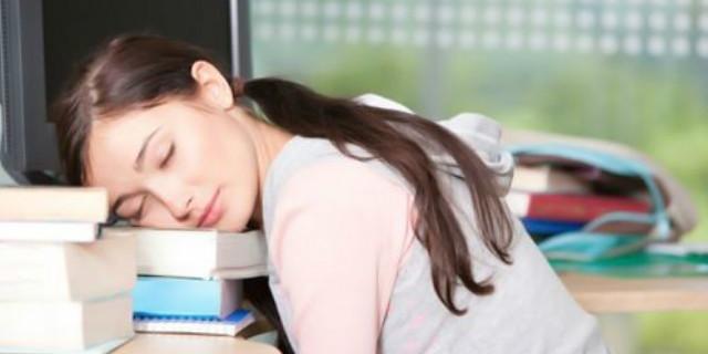 长期趴桌睡觉易致胃炎 教你午睡的正确姿势