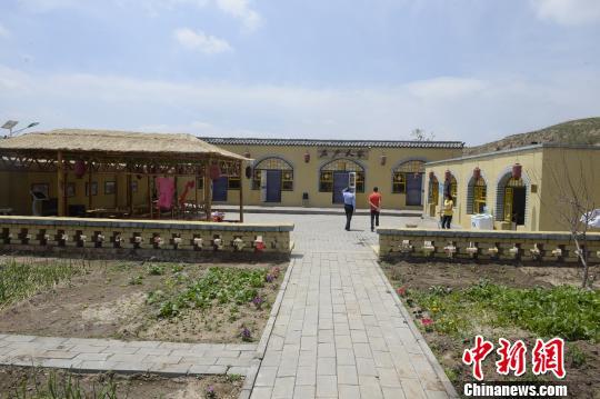 图为土城子村民建农家院发展乡村旅游 刘文华 摄