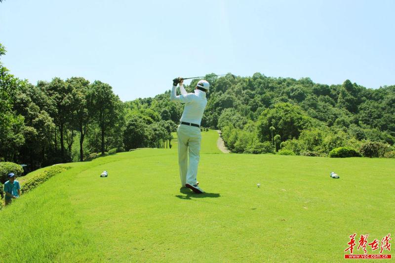 青竹湖高尔夫球场是湖南省首家18洞国际标准高尔夫球场,球场占地