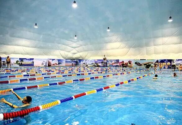 處在市中心位置,周邊是長沙體育中心,擁有各種體育場館。游泳中心由專業人員維護,公司有十幾年專業游泳池制水經驗,教練都擁有十多年游泳培訓經驗。水質算比較不錯的,要求大家戴泳帽也保證了水質的干凈。 地址:天心區芙蓉中路二段188號賀龍體育中心內(近白沙井) 人均:50 5、恒大雅苑游泳館