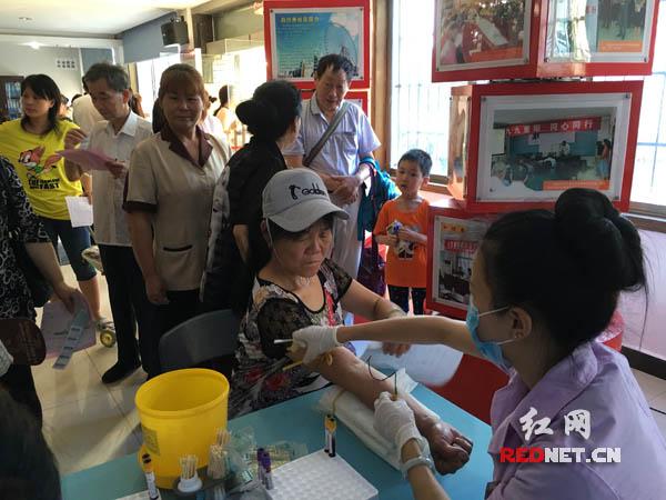 长沙市天心区城南路街道白沙井社区联合市内公立三甲医院,在社区里面为居民进行免费的体检。