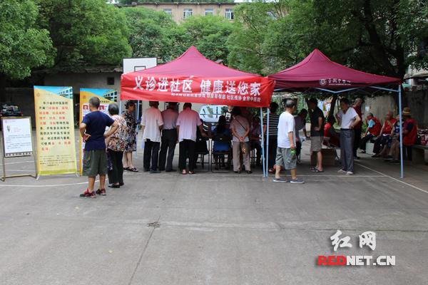 """长沙金润中医医院在树木岭社区""""邻里帮帮团""""的协助之下开展义诊活动"""