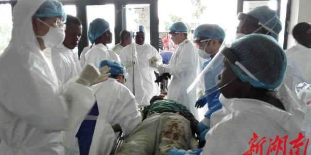 湖南医疗队在塞拉利昂抢救12名车祸受伤者