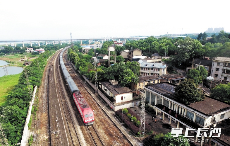 昨日12时30分,服役79年的暮云市站正式退出历史舞台。不远处,是现代科技含量颇高的沪昆高铁。这是一列火车经过暮云市站。