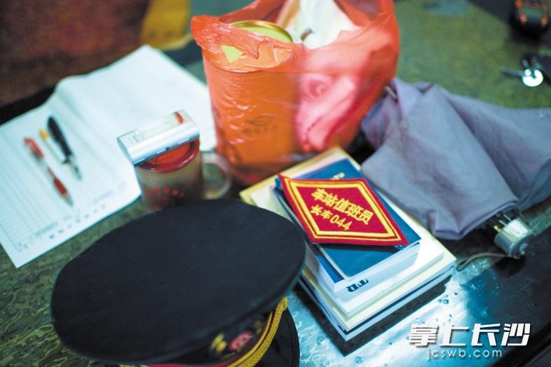 一包茶叶一条毛巾,这是车站职工谭智龙收拾好的个人物品。