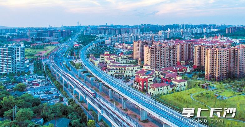 →随着城市的快速发展,暮云片区的交通更趋立体、完善,城际铁路、地铁、沪昆高铁交织,现代化气息浓烈。