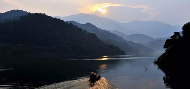 永州市东安县高岩水库烟波荡漾,风景如画,在夕阳的照耀下,五彩斑斓