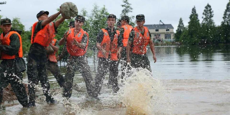 再战新华垸:武警8733部队暴雨中处置管涌险情