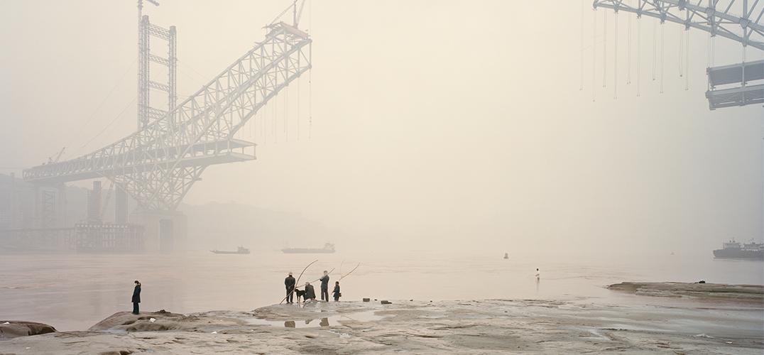宜宾,两个游泳爱好者 纳达夫坎德(Nadav Kander)是一位逼格满满的摄影师,他的照片参照了美国水彩画家约翰马林(John Marin)的风格:渺小的人物,巨大的世界。同时欣赏中国水墨画的他,在暗房对照片做过一些色彩处理,让所有照片的颜色看起来像一个整体。最终将影像提升到一种新境界、当今最流行的性冷淡风格。