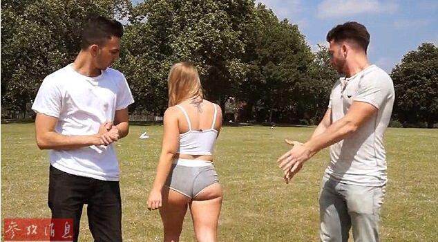 英国女子穿内裤逛公园 测试路人反应