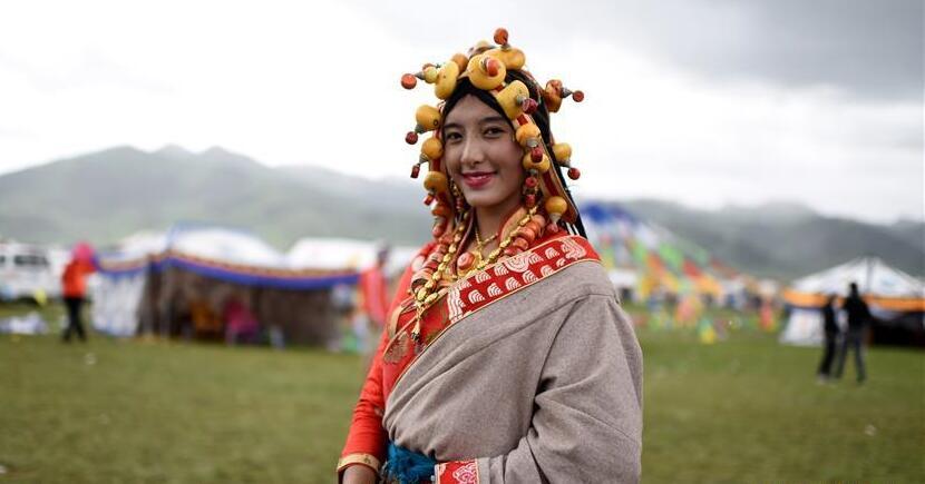 藏族青年盛装漫步草原上演