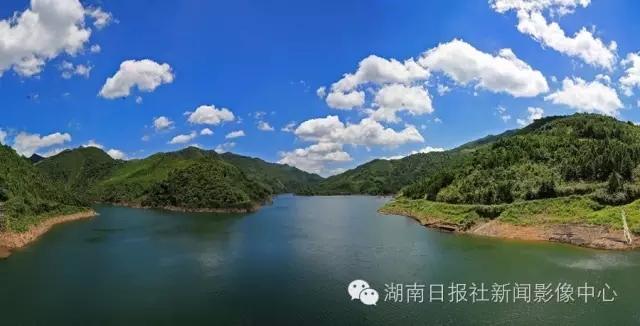 蓝天白云映衬下的新田县两江口水库.