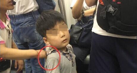 北京地铁一男孩被人拖住 跪地乞讨